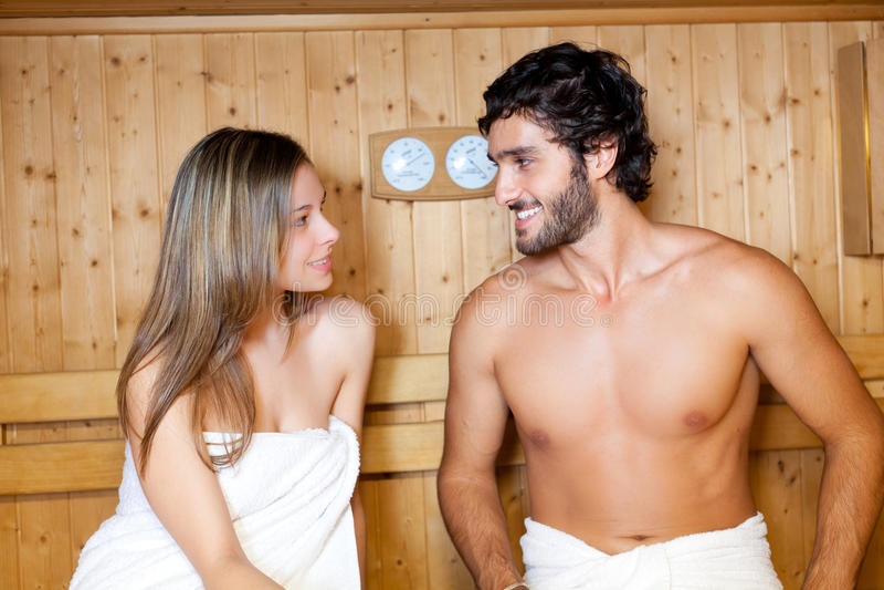 Pares que se relajan en un baño de la sauna fotos de archivo libres de regalías