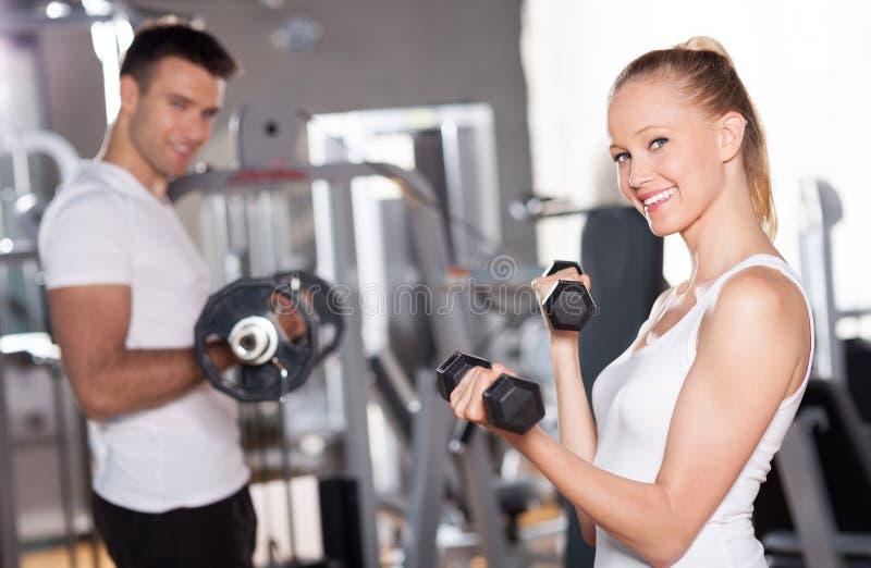 Pares que se resuelven con pesas de gimnasia fotografía de archivo