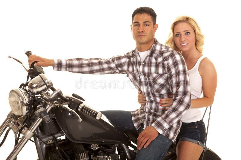 Pares que sentam-se em sério ocidental do fim da motocicleta imagens de stock royalty free