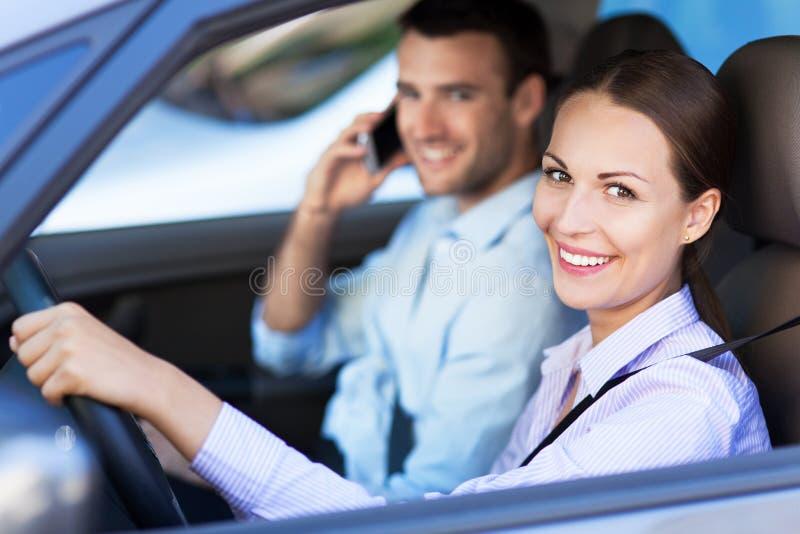 Pares que sentam-se no carro imagens de stock