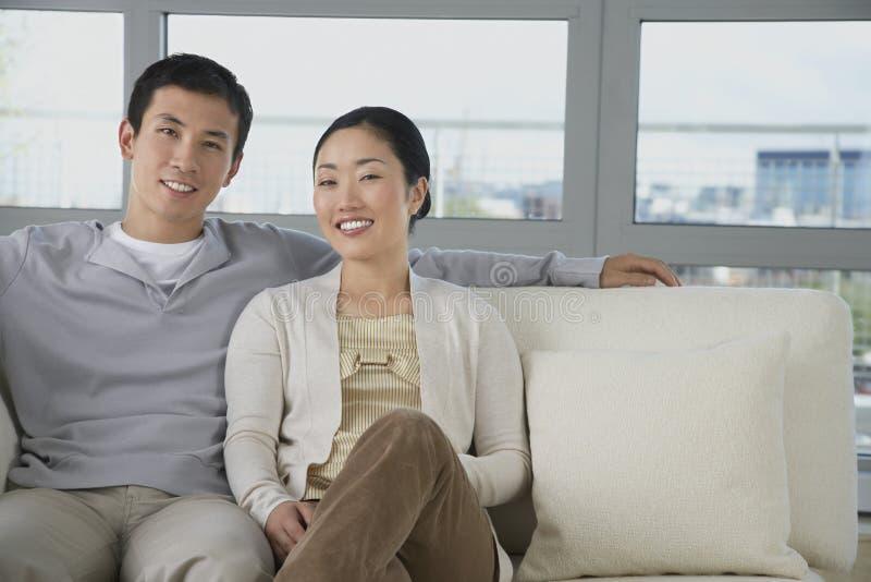 Pares que sentam-se no sofá fotos de stock royalty free