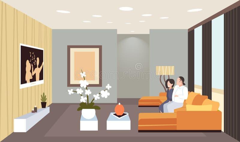 Pares que sentam-se no sofá que olha a mulher do homem da tevê ter da casa interior contemporânea da sala de visitas do divertime ilustração royalty free