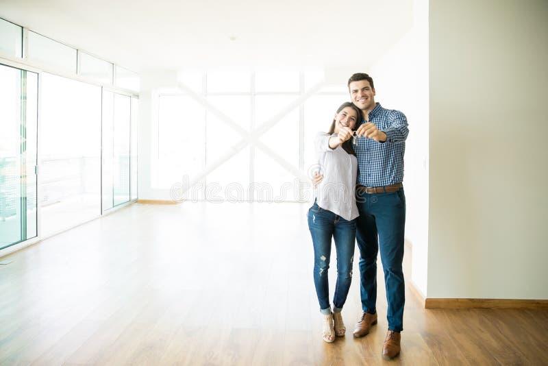 Pares que sentem felizes sobre a compra da casa nova fotos de stock royalty free