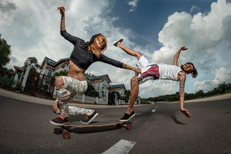 Pares que skateboarding junto imagem de stock royalty free