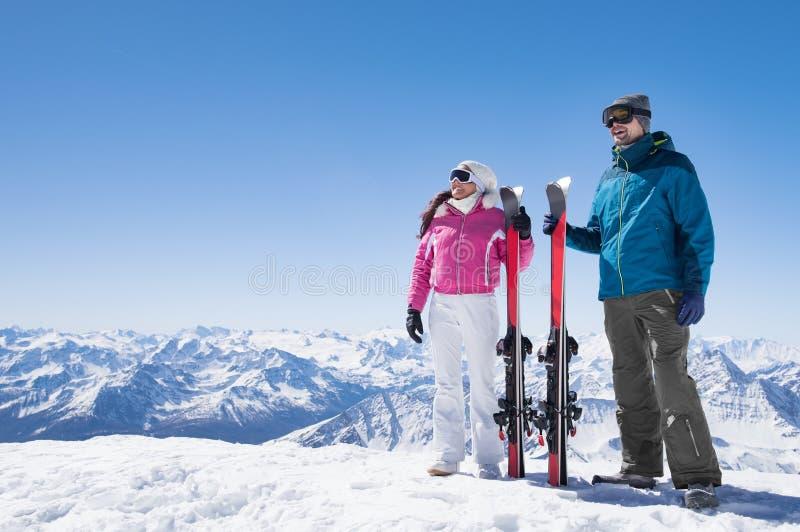 Pares que sostienen el esquí fotos de archivo