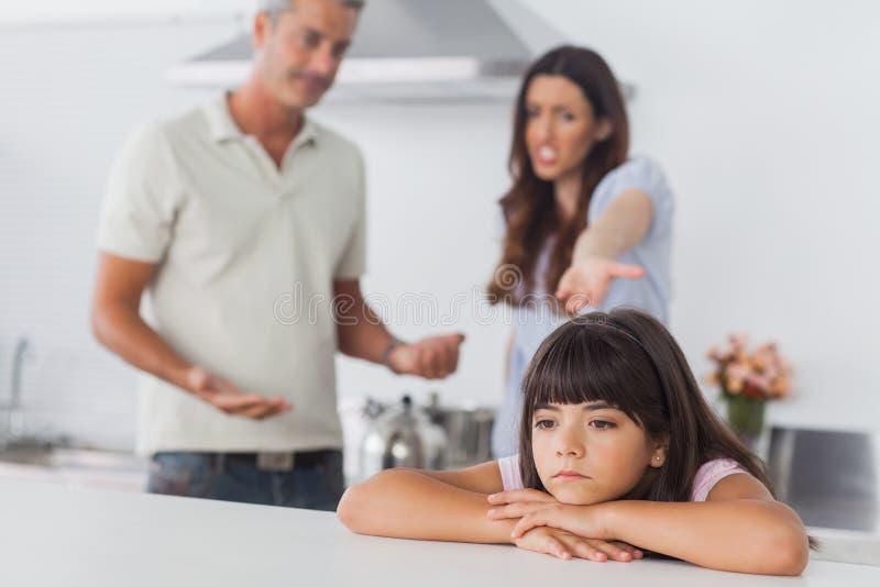 Pares que têm a disputa na frente de sua filha da virada imagens de stock royalty free