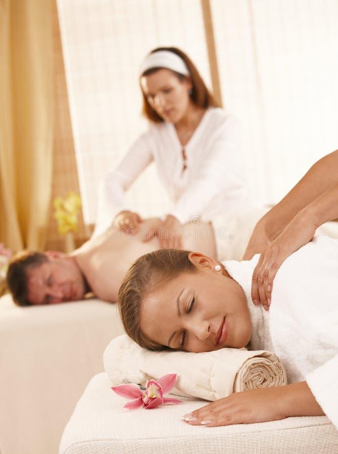 Pares que têm a massagem nos termas fotos de stock royalty free