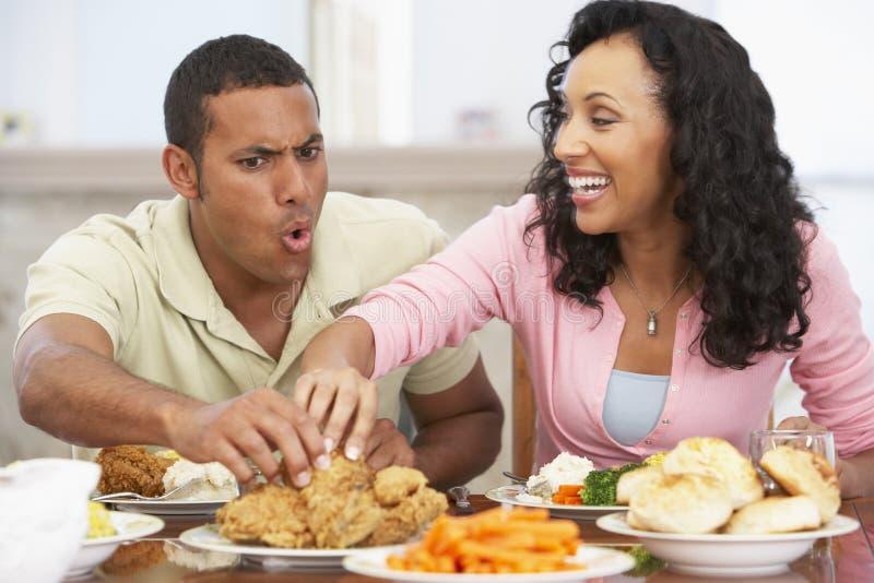 Pares que têm o almoço em casa fotos de stock royalty free