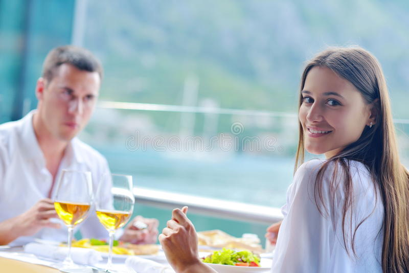 Pares que têm o almoço no restaurante bonito fotografia de stock royalty free