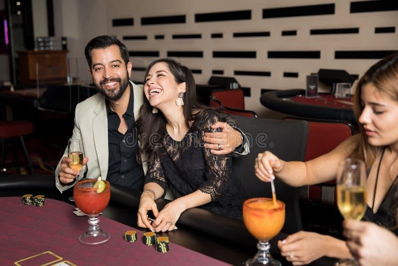 Pares que têm o divertimento em um casino imagens de stock royalty free