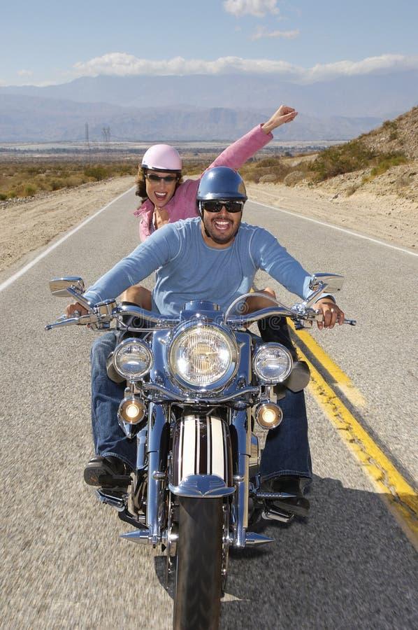 Pares que têm o divertimento em um passeio da bicicleta foto de stock royalty free