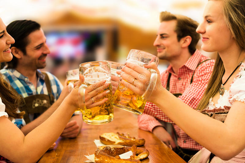 Pares que têm o divertimento no Oktoberfest foto de stock royalty free
