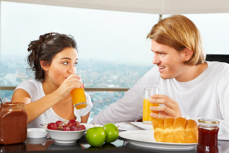 Pares que têm o grande tempo no pequeno almoço fotos de stock royalty free