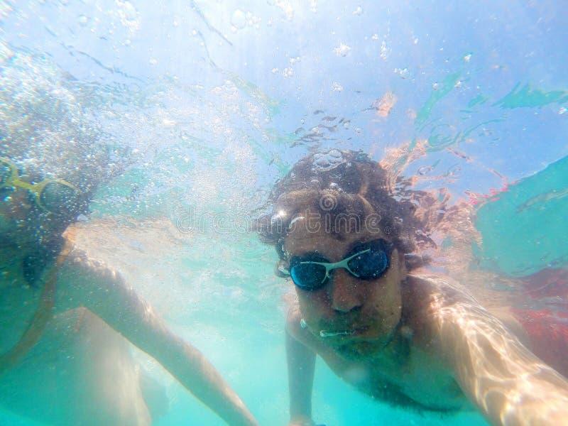Pares que t?m o underwater do divertimento no mar fotografia de stock