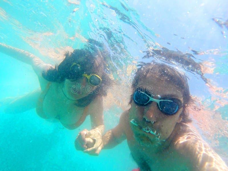 Pares que t?m o underwater do divertimento no mar imagens de stock