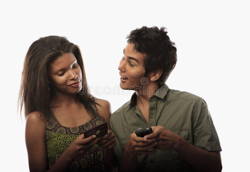 Pares que texting com seus telefones de pilha fotos de stock royalty free