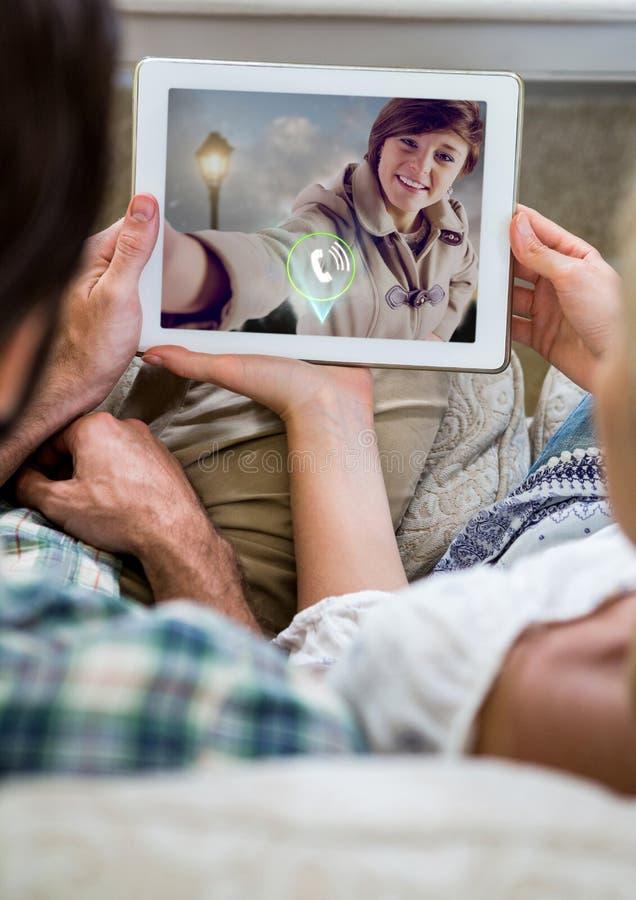 Pares que tienen charla video en la tableta digital imagenes de archivo