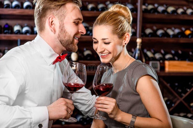 Pares que tienen degustación de vinos romántica en el sótano fotos de archivo libres de regalías