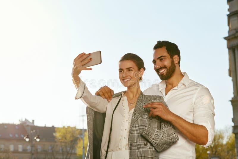 Pares que tomam a foto no telefone fora imagens de stock royalty free