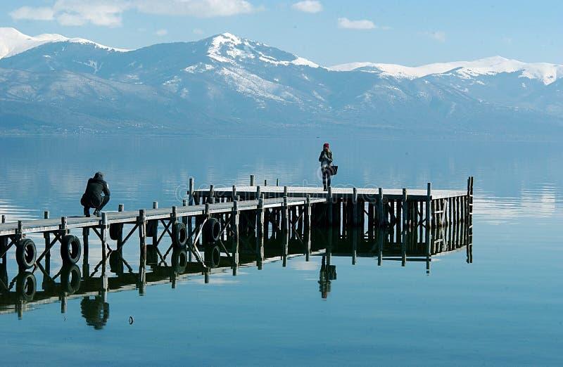Pares que tomam imagens no lago Prespa fotografia de stock