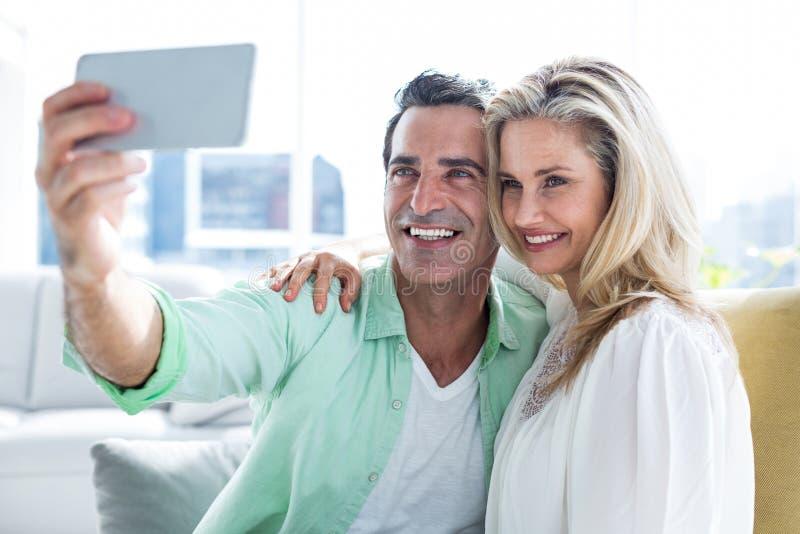 Pares que tomam o selfie em casa foto de stock royalty free