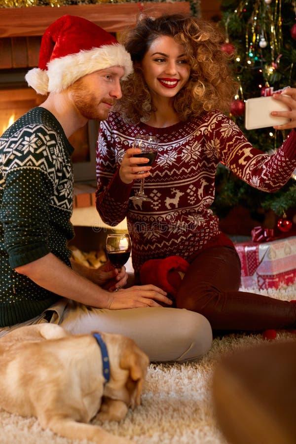 Pares que tomam o selfie na noite de Natal fotos de stock