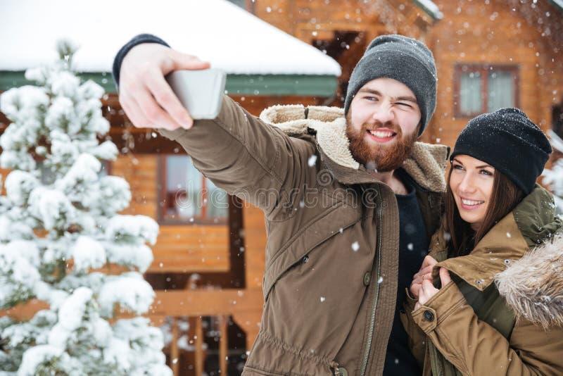 Pares que tomam o selfie no inverno imagens de stock