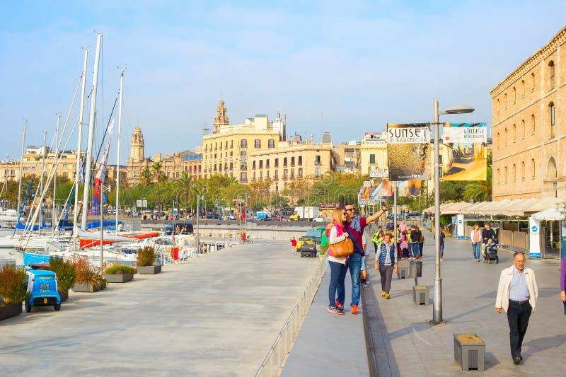 Pares que tomam o selfie, porto de Barcelona imagens de stock royalty free
