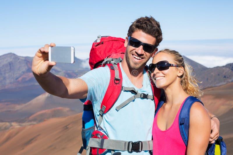 Pares que tomam uma foto dse com telefone fotos de stock