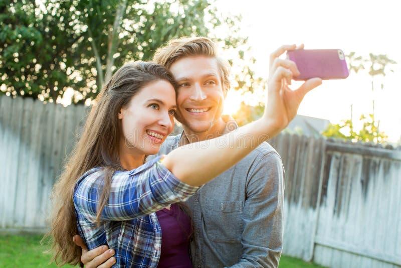 Pares que toman el selfie imágenes de archivo libres de regalías