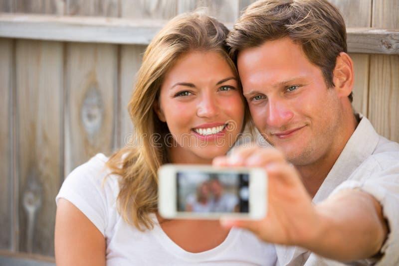 Pares que toman el selfie con el teléfono imagen de archivo