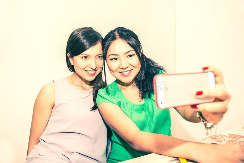 Pares que toman el selfie en el heno imagenes de archivo