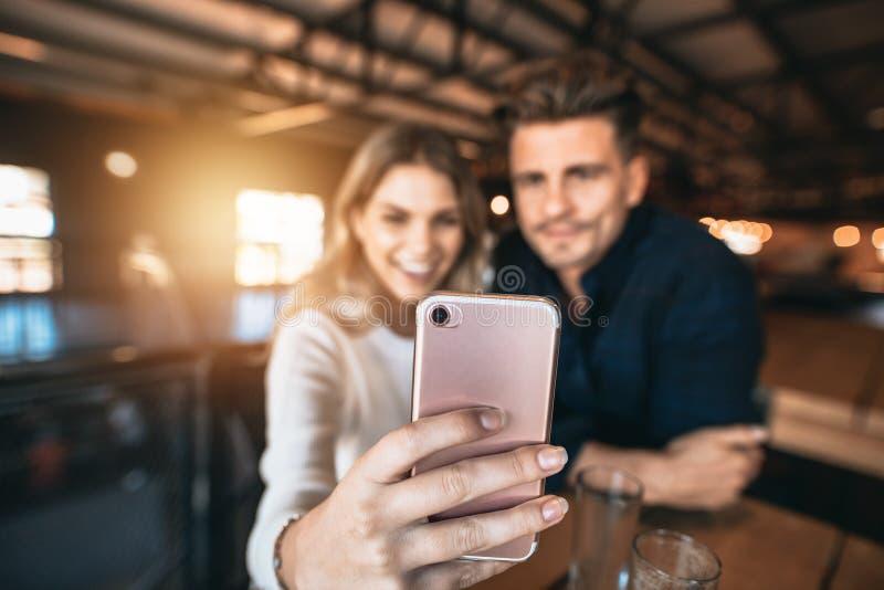 Pares que toman el selfie en la barra fotos de archivo libres de regalías