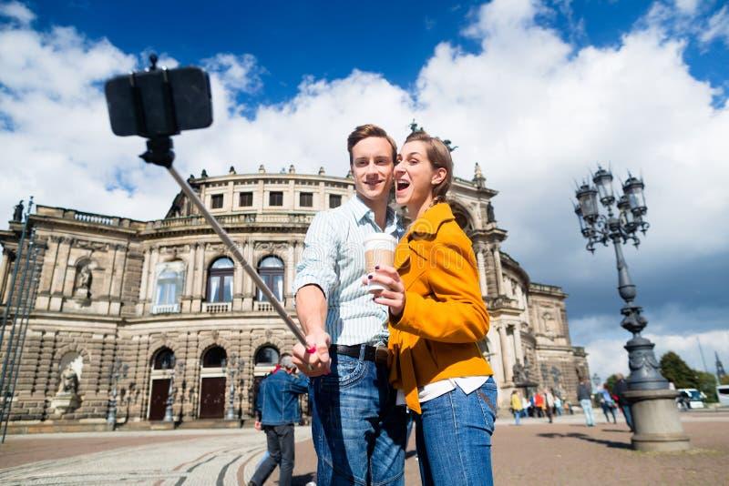 Pares que toman el selfie en Semperoper en Dresden fotos de archivo