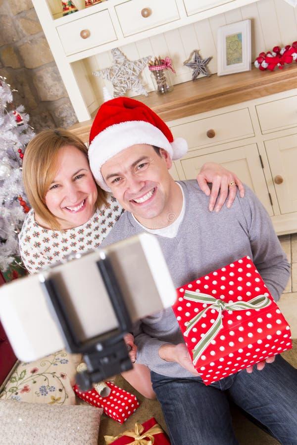 Pares que toman un Selfie en la Navidad foto de archivo