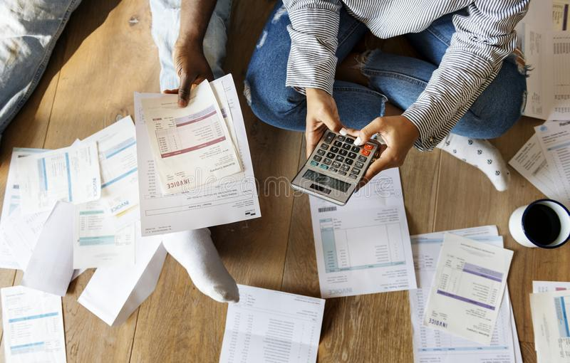 Pares que trabajan en la deuda imagen de archivo