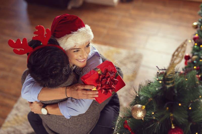 Pares que trocam presentes de Natal imagem de stock