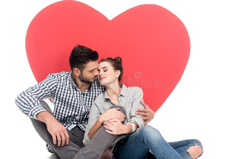 pares que vão beijar perto do coração grande fotos de stock