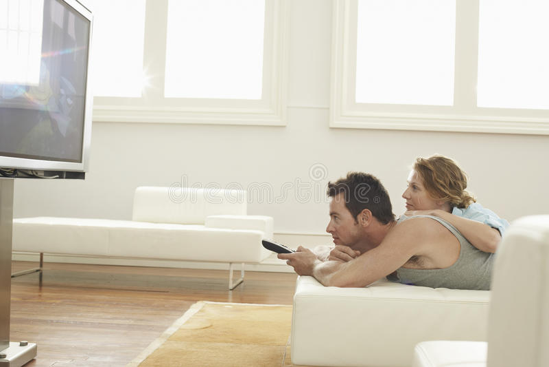 Pares Que Ven La TV En Casa Imagen de archivo