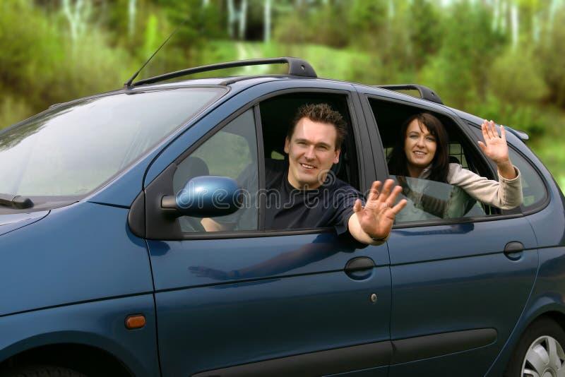 Pares que viajan en el coche foto de archivo