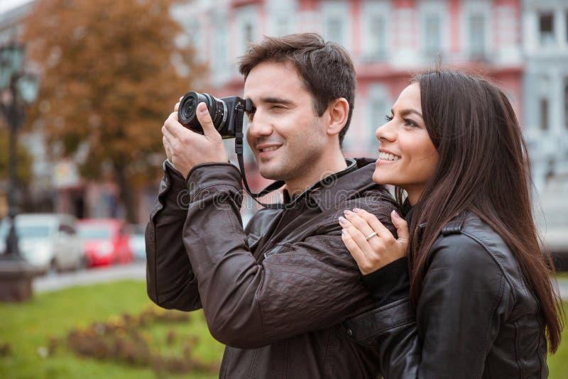 Pares que viajan y que hacen la foto en cámara fotos de archivo