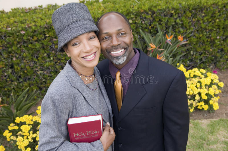 Pares religiosos com a Bíblia na opinião de ângulo alto do retrato do jardim fotografia de stock