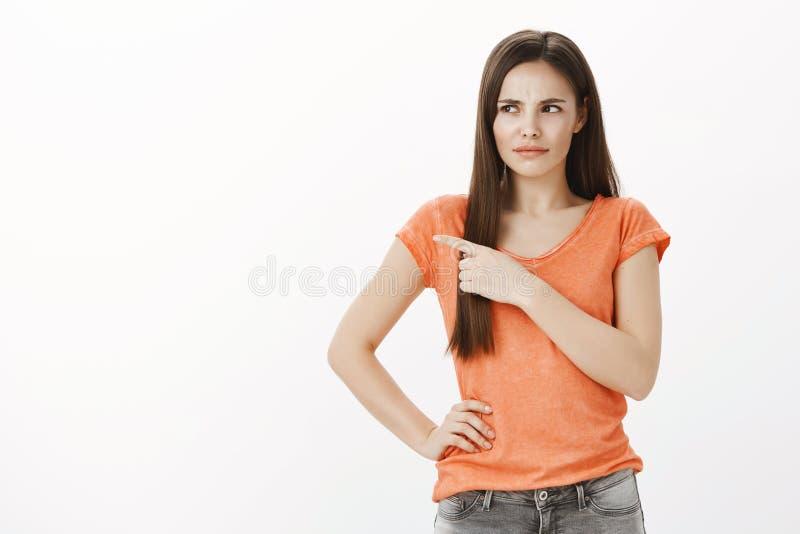Pares repugnantes francés-que se besan en lugar público Retrato de la mujer atractiva emocional descontentada en camiseta anaranj fotografía de archivo libre de regalías