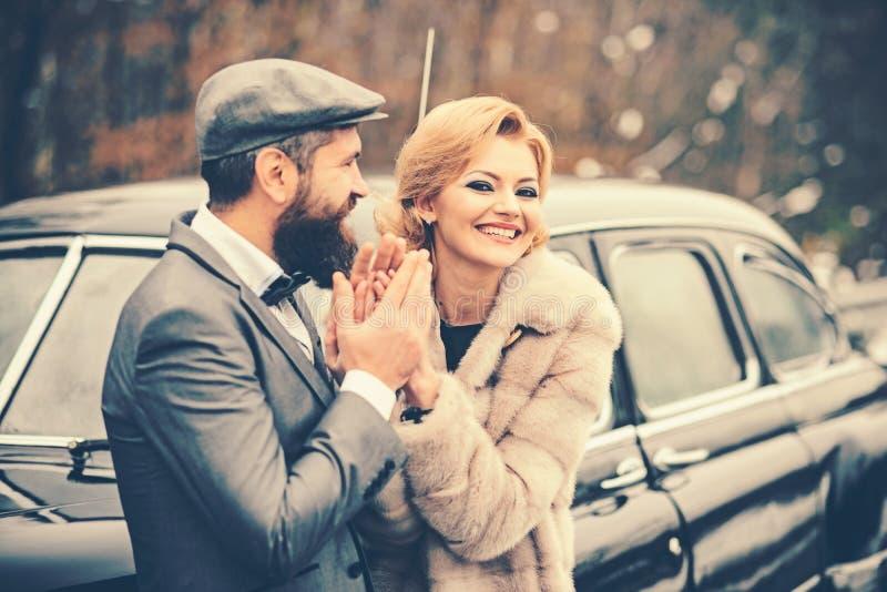 Pares retros no carro elegante do vintage com cara feliz fotografia de stock