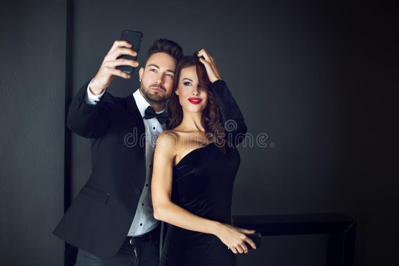 Pares ricos de moda de la celebridad que toman el selfie imagenes de archivo