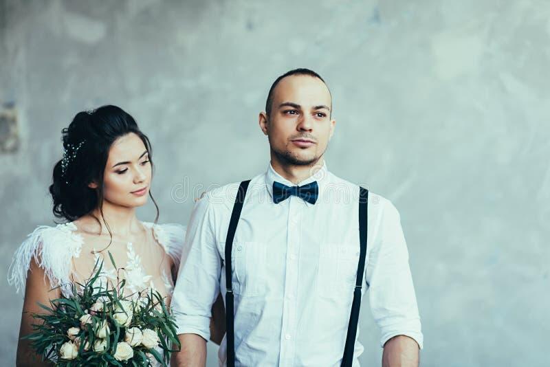Pares románticos de la boda imagen de archivo libre de regalías