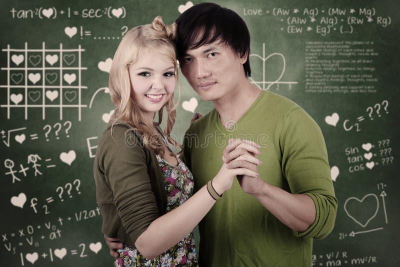 Pares románticos del estudiante en clase foto de archivo