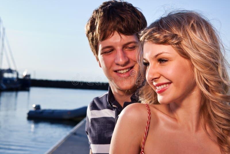 Pares románticos en amor imagen de archivo libre de regalías