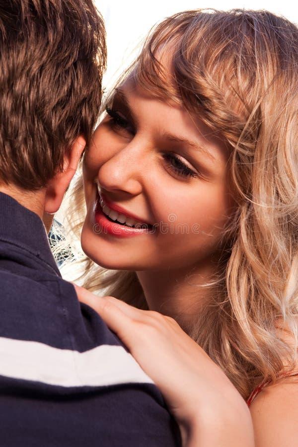 Pares románticos en amor imagen de archivo
