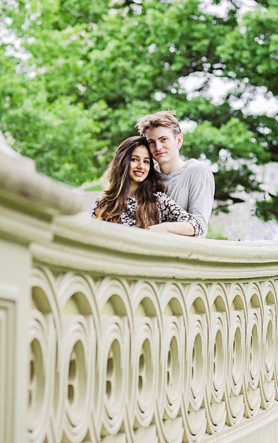 Pares románticos en el puente del arco en Central Park foto de archivo